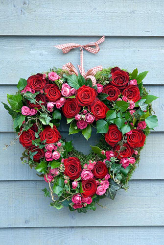 Valentine's wreath made from pink and red roses with ivy - © Juliette Wade/GAP Photos