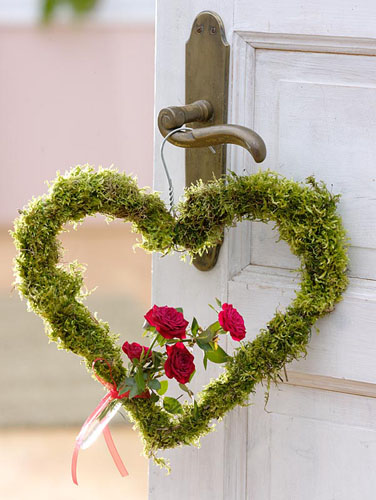 Heart shaped wreath covered in moss with Rose - © Friedrich Strauss/GAP Photos
