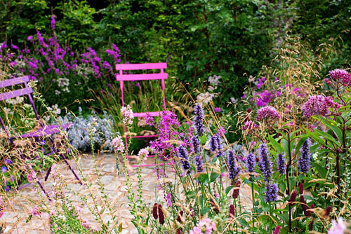 Border of Agastache 'Black Adder', Artemisia ludoviciana 'Silver Queen', Astrantia major 'Star of Beauty', Deschampsia cespitosa 'Goldschleier', Eupatorium maculatum 'Atropurpureum', Geranium 'Rozanne', Lythrum salicaria 'Blush', Lythrum virgatum 'Dropmore Purple' and Sanguisorba menziesii - © Pernilla Bergdahl/GAP Photos