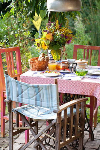 Table set for breakfast, Garden Towanda, Mistelbach Austria - © Robert Mabic/GAP Photos