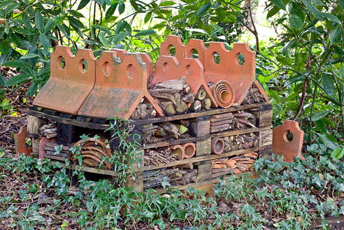 Insect hotel made from terracotta tiles and old broken pots - Pembury House  - © Elke Borkowski/GAP Photos