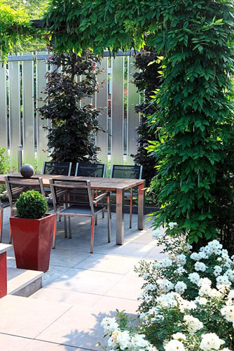 Contemporary garden with dining area - © Visions/GAP Photos