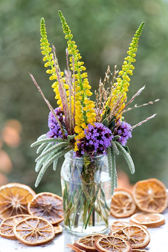 Purple and yellow posie step by step in October. Completed posie of Mahonia japonica, Verbena bonariensis, Miscanthus sinensis - Chinese silver grass, Garrya elliptica - silk tassel bush and Molinia caerulea subsp. arundinacea 'Transparent' - purple moor grass - © Nicola Stocken/GAP Photos