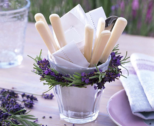 Lavender wreath round glass cutlery holder - © GAP Photos/Friedrich Strauss