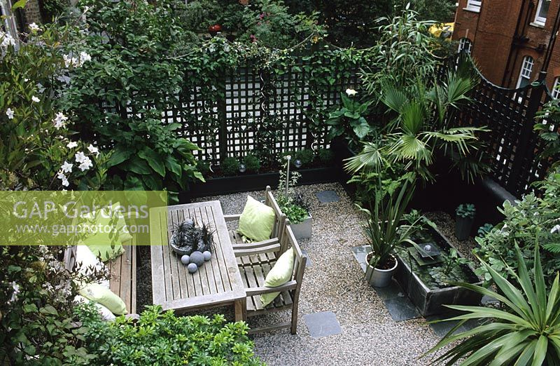 Beau Urban Roof Garden With Trellis Fencing And Furniture