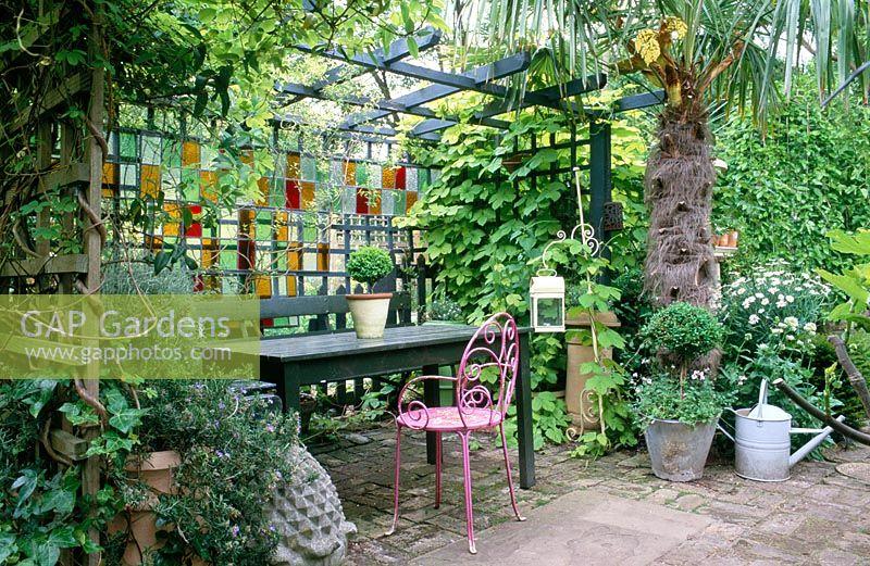 Gap gardens courtyard garden with table and seats under for Shady courtyard garden design