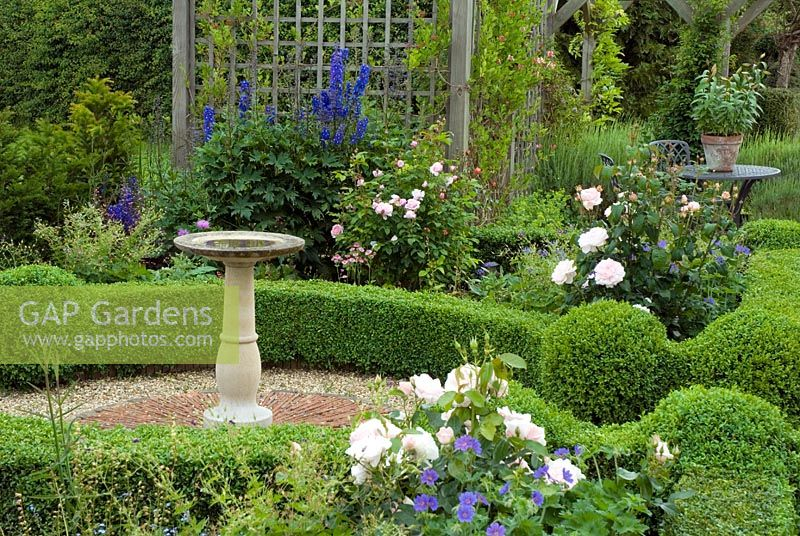 Genial Small Formal Garden With Box Hedges And Bird Bath