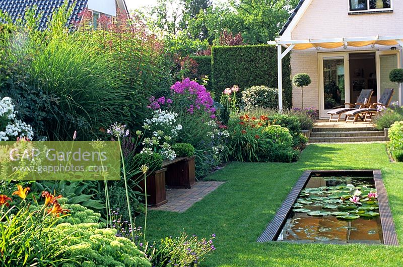 Gap gardens pond in small back garden image no for Small back gardens