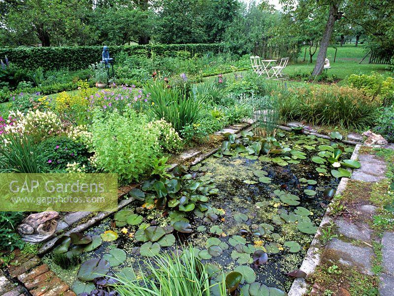 Gap Gardens Small Formal Pond Image No 0088451