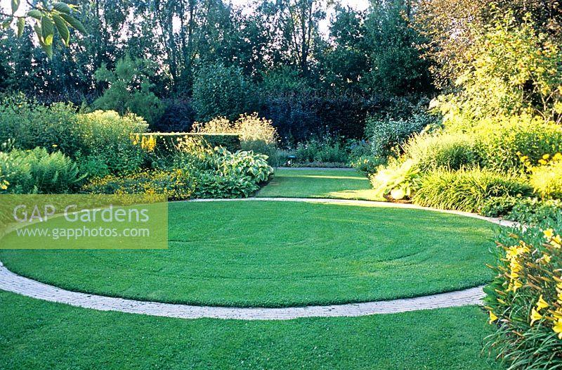 circular lawn and path design