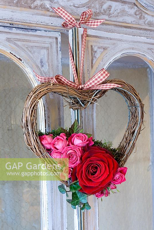 Small Valentine's wreath with pink and red roses with ivy