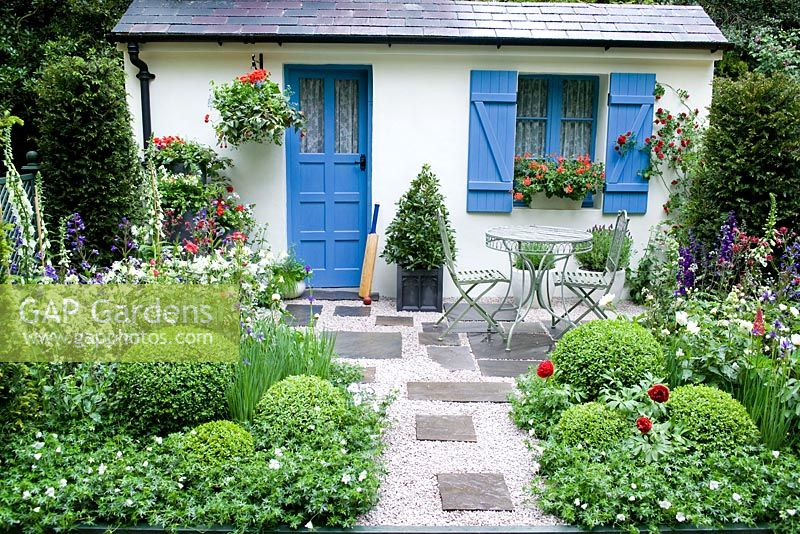 Gap gardens small french style courtyard garden with for Small french courtyard gardens
