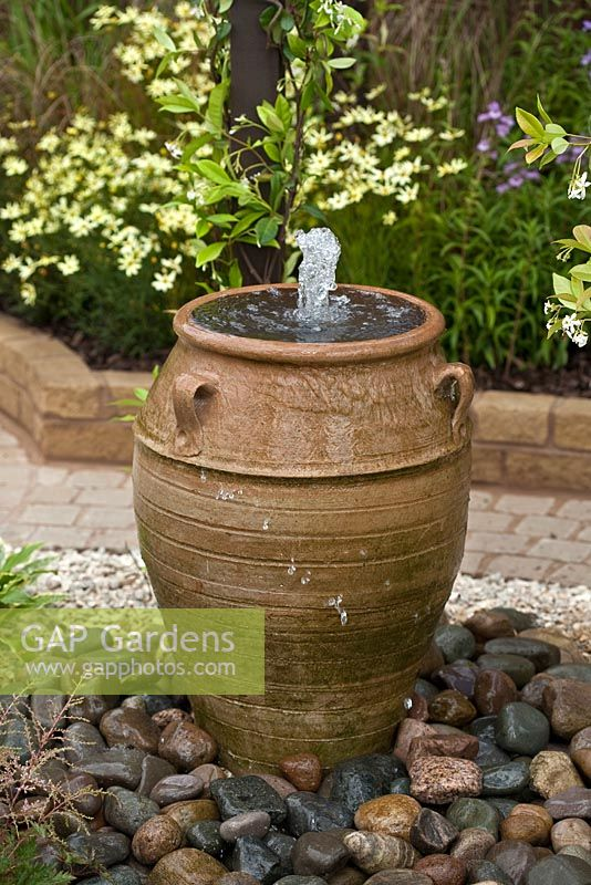 gap gardens water feature in large urn image no. Black Bedroom Furniture Sets. Home Design Ideas