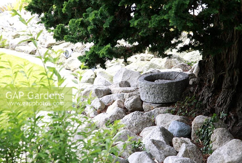 Gap Gardens White Rock 39 Mulch 39 In Border Under Tree Suburban Family Garden For Restored Art