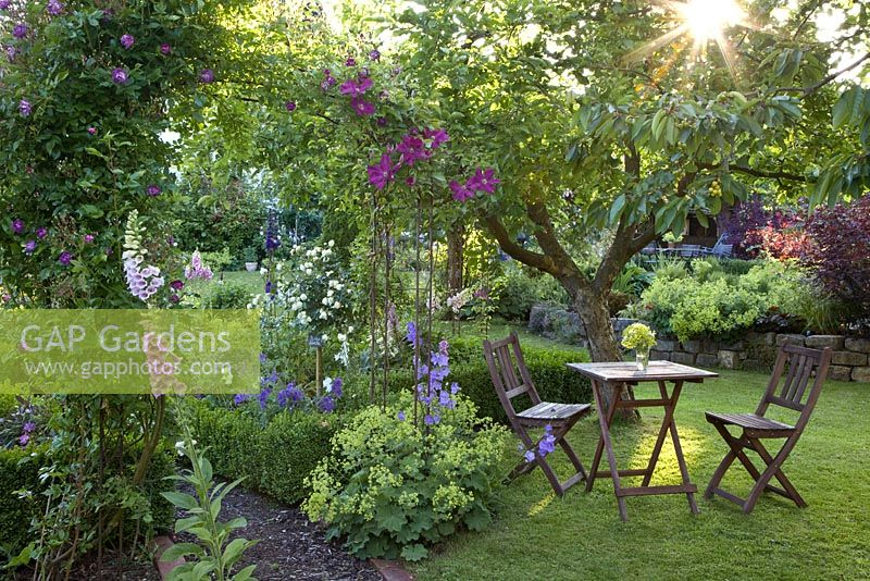 Gap gardens seating area in cottage garden image no for Garden seating areas