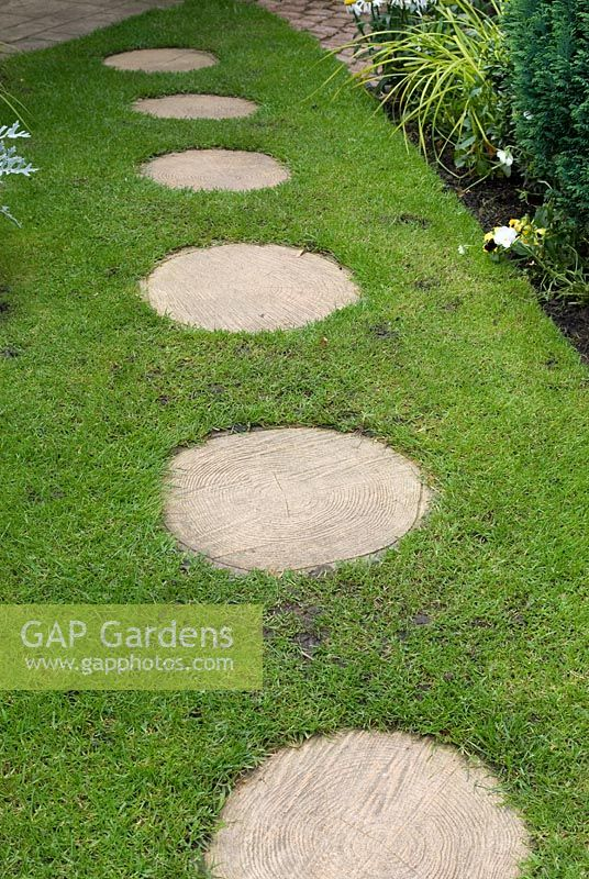 gap gardens circular stepping stones in lawn 39 trevinia. Black Bedroom Furniture Sets. Home Design Ideas
