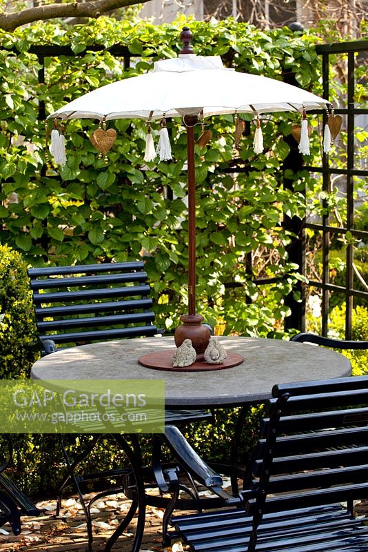 Gap Gardens Circular Garden Table With Small Parasol And