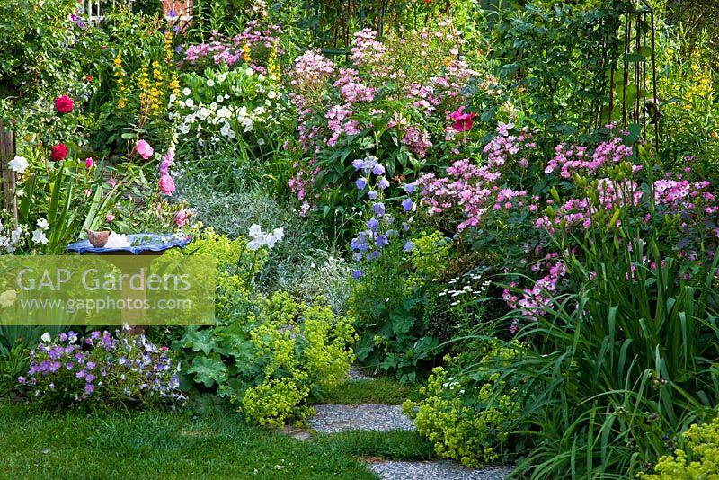 GAP Gardens Small cottage garden with glazed terracotta
