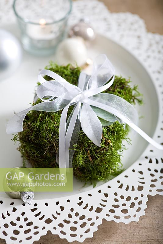 Step-by-step - Moss parcel Christmas table decoration