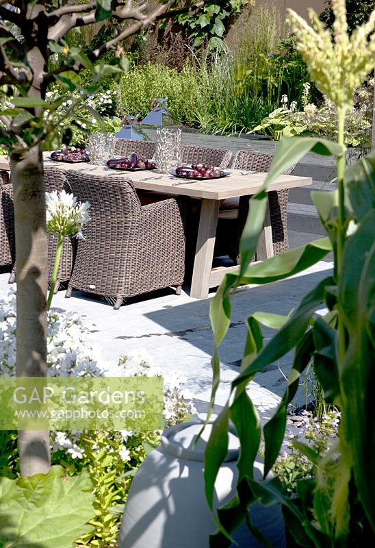 GAP Gardens - Large table with chairs in modern urban kitchen garden ...