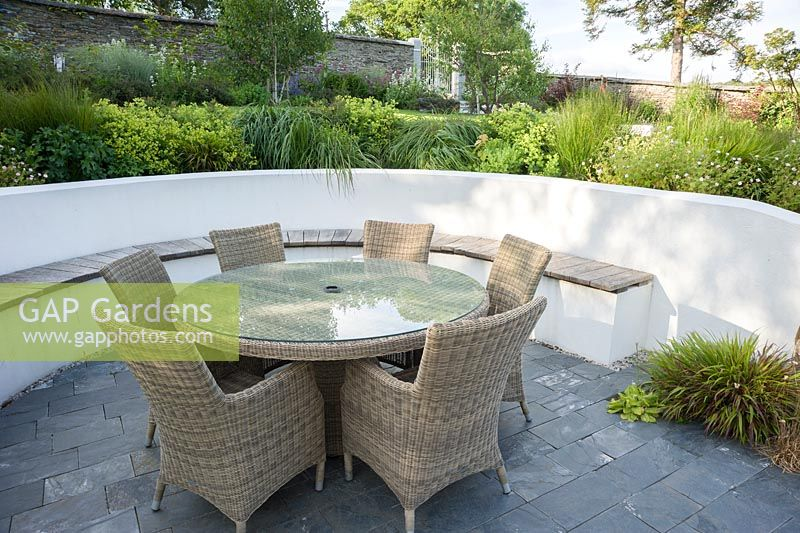 GAP Gardens Contemporary terrace with rendered white retaining