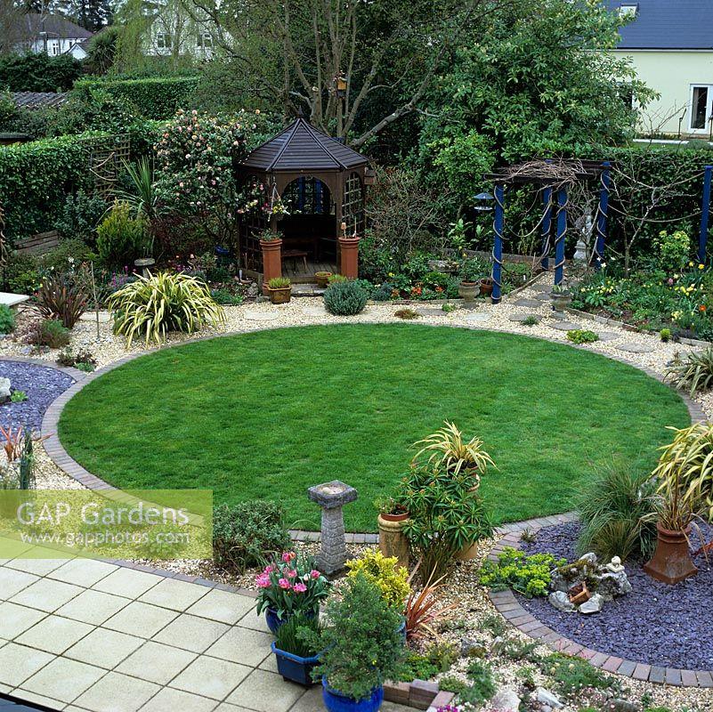 Circular Lawn Edging: Town Garden Based On 3 Linked Circles