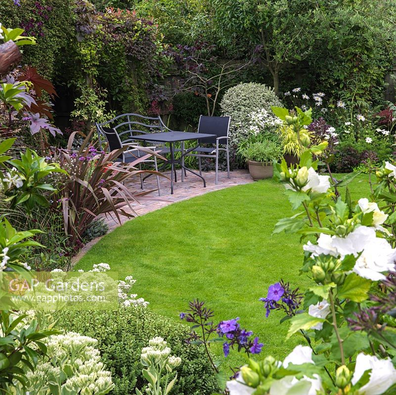 Gap gardens small back garden with central lawn paved for Small back gardens