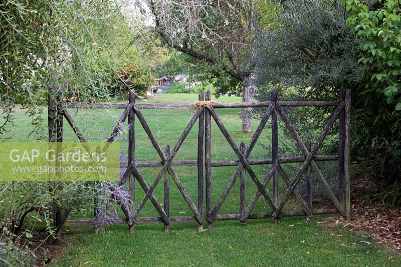 gap gardens les jardins de roquelin meung sur loire lawn and entrance gate image no. Black Bedroom Furniture Sets. Home Design Ideas