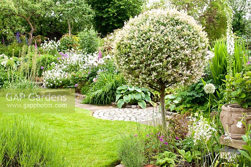 Gap gardens small cottage summer back garden with stone for Landscape gardening for small gardens