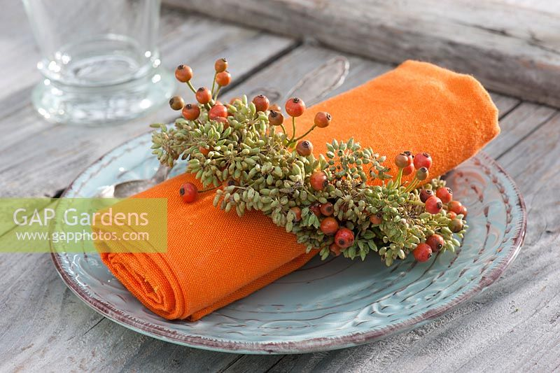 Serviette with small wreath made from fennel - Foeniculum and Rosa - rose hips