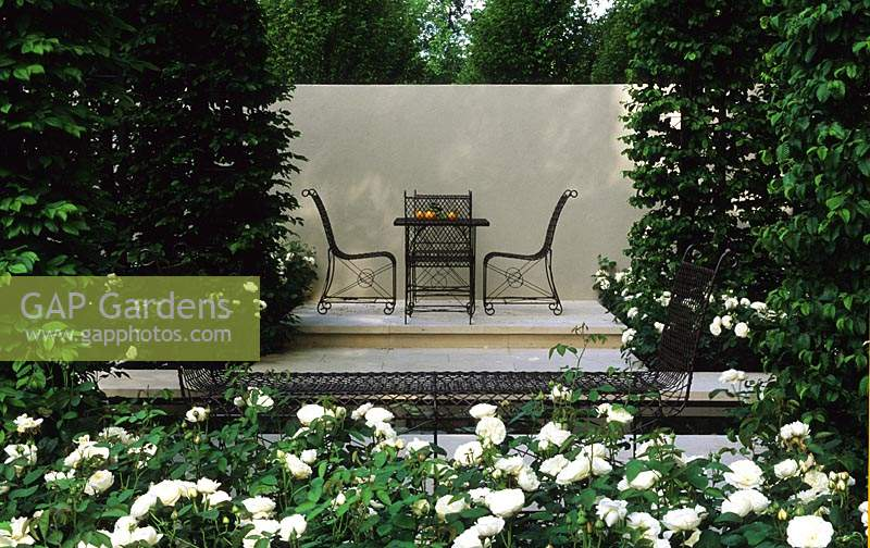 Chelsea FS 2002 Design Charles Funke Rosa Flower Carpet water rill wroght iron table and chairs Hornbeam hedge