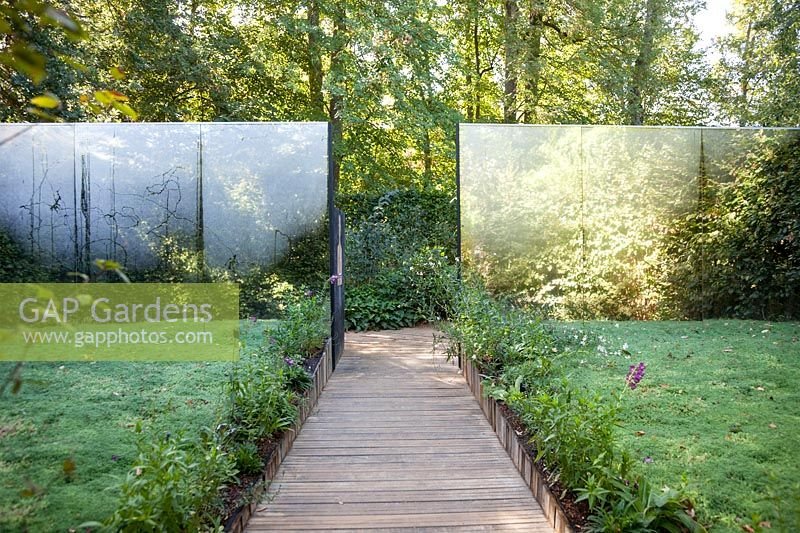 This garden plays on the discrepancy between an object and it's representation, 