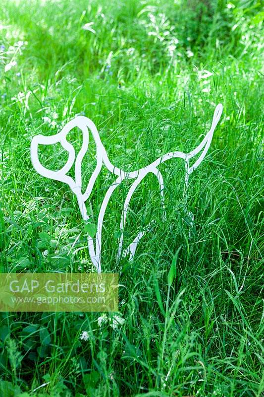 Labrador - artwork of powder-coated steel - set in long grass