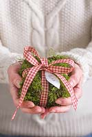 Step-by-step - Moss Christmas parcel table decoration with name label